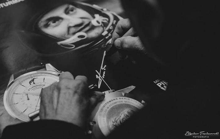 Autograf i podobizna 3D generała Hermaszewskiego